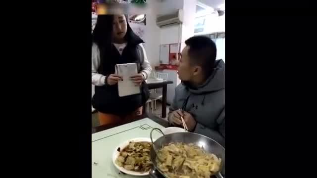 搞笑视频:二货男子去饭店吃饭, 开心一刻!