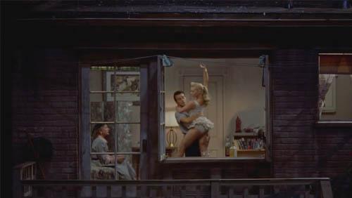 #经典看电影#记者每天透过窗户偷窥邻居,阴差阳错破了凶杀案