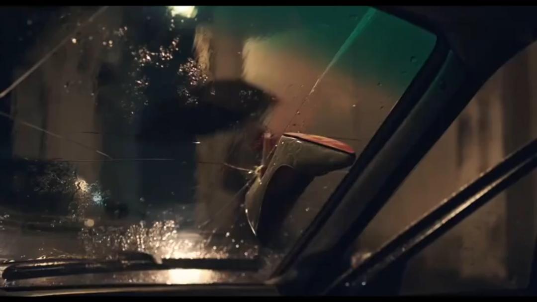 #经典看电影#小伙和老婆在车里玩,谁知一个大力高跟鞋居然插在玻璃上
