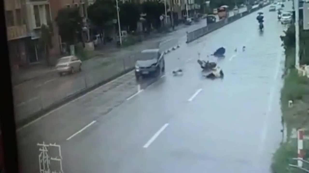 小轿车时速180刚飞过就冒出了一道青烟监控拍下他作死一幕