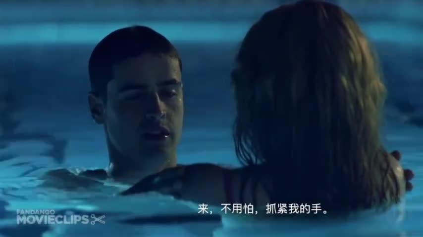 美女在酒店泳池学游泳,看见没人居然跟教练吻了起来
