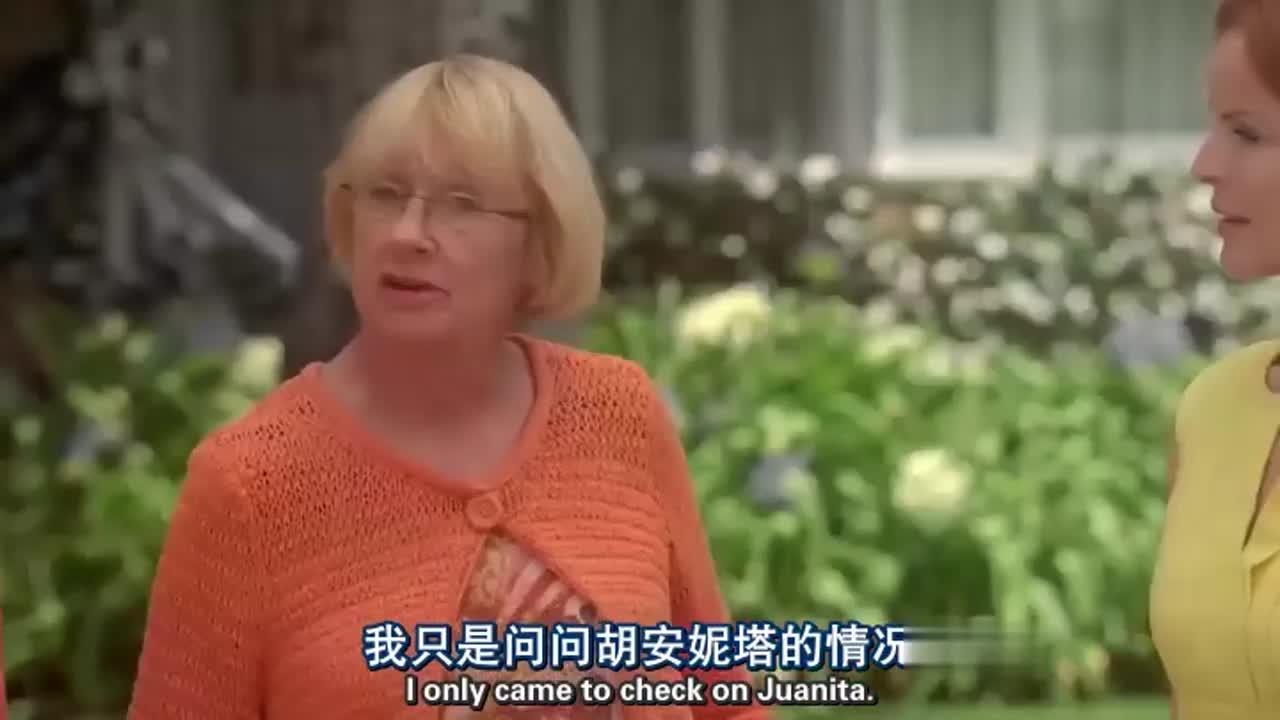 两男子在家门口吵架,竟然被老奶奶一句话给说停了,姜还是老的辣