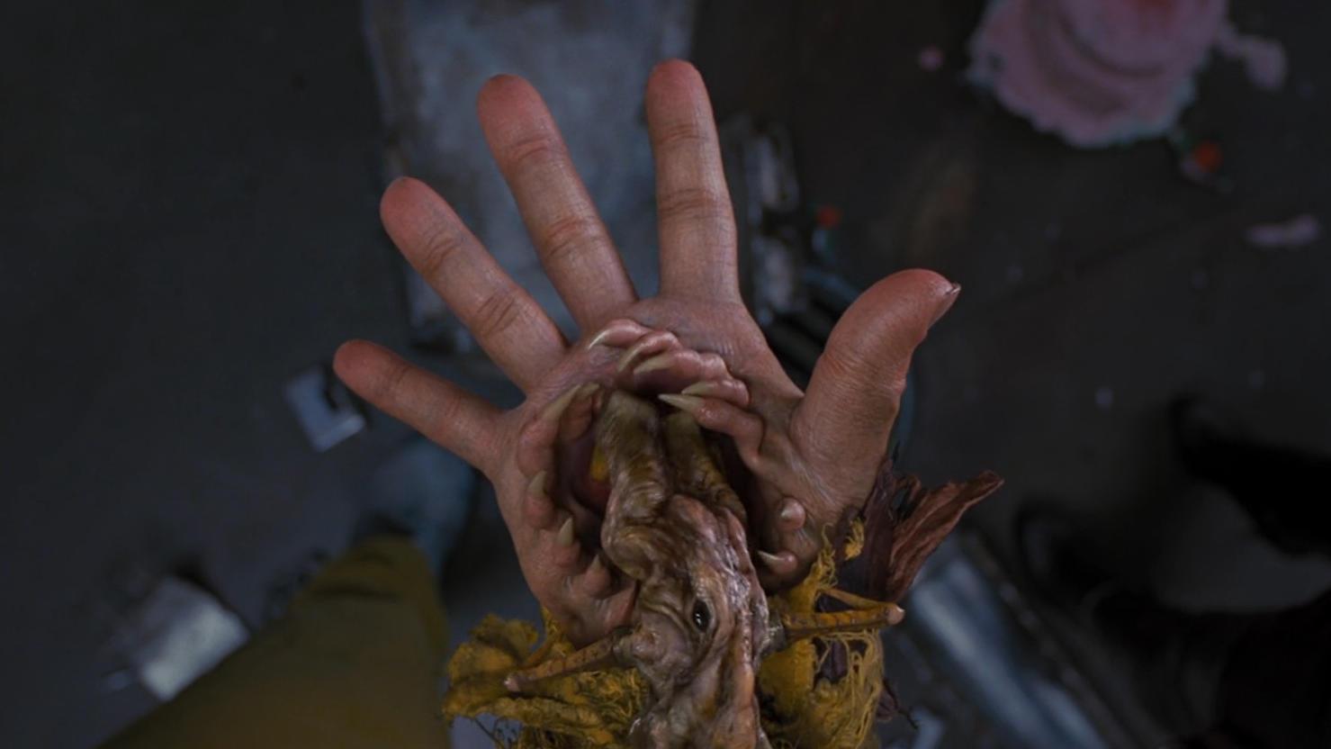 #科幻电影#小伙的手寄养着一只虫子,不仅可以保护他的安全,还可以攻击敌人