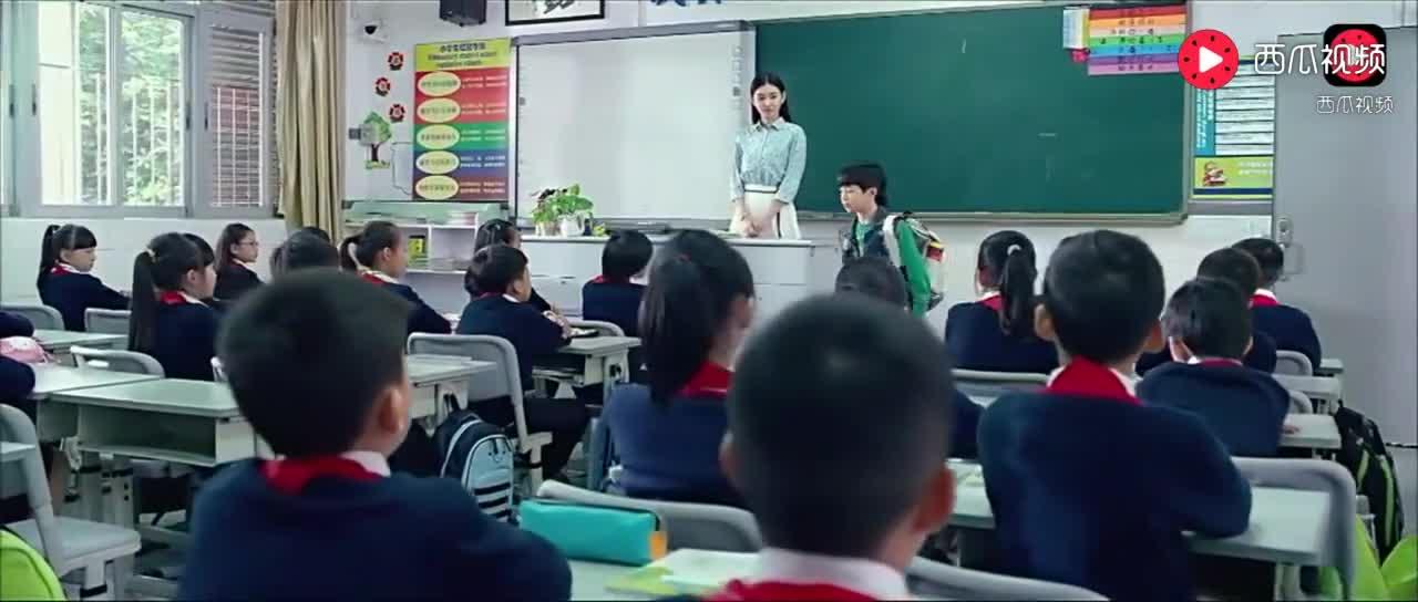 这小子上学第一天就泡妞,还把全校男生给打了