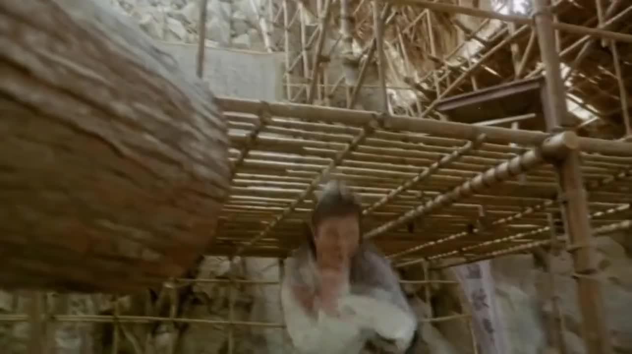 #追剧不能停#经典电影:光头被树干撞了头后,立马使出如来神掌等七种武林绝技