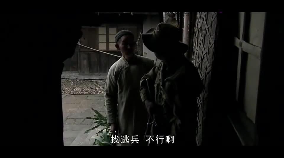 #电影迷的修养#邓宝在老头家里搜到手榴弹,老头实在无奈你们非要拿这换吃的