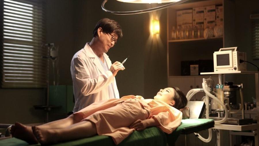 #惊悚看电影#整容医生趁着病人麻醉昏迷后,做出这种事,真是太可怕了!