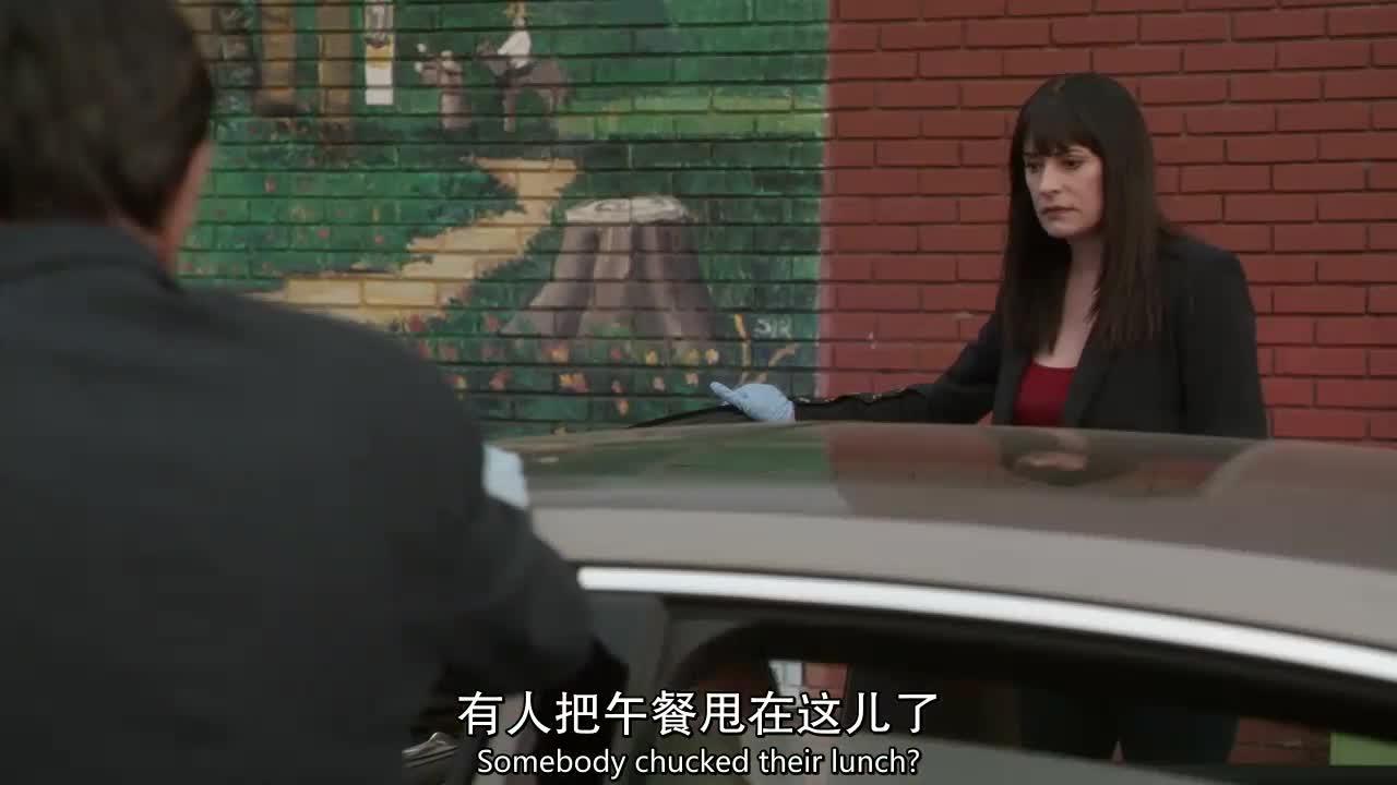 嫌犯是在受害人上车时接近她们的吗,还是在暴力威逼她们上车?