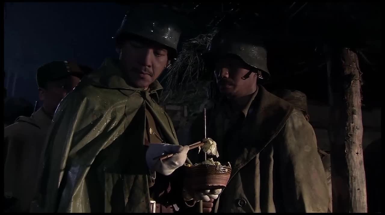 虞师座看着士兵们吃树皮,瞬间就怒了,我应该没拖欠过伙食费吧!