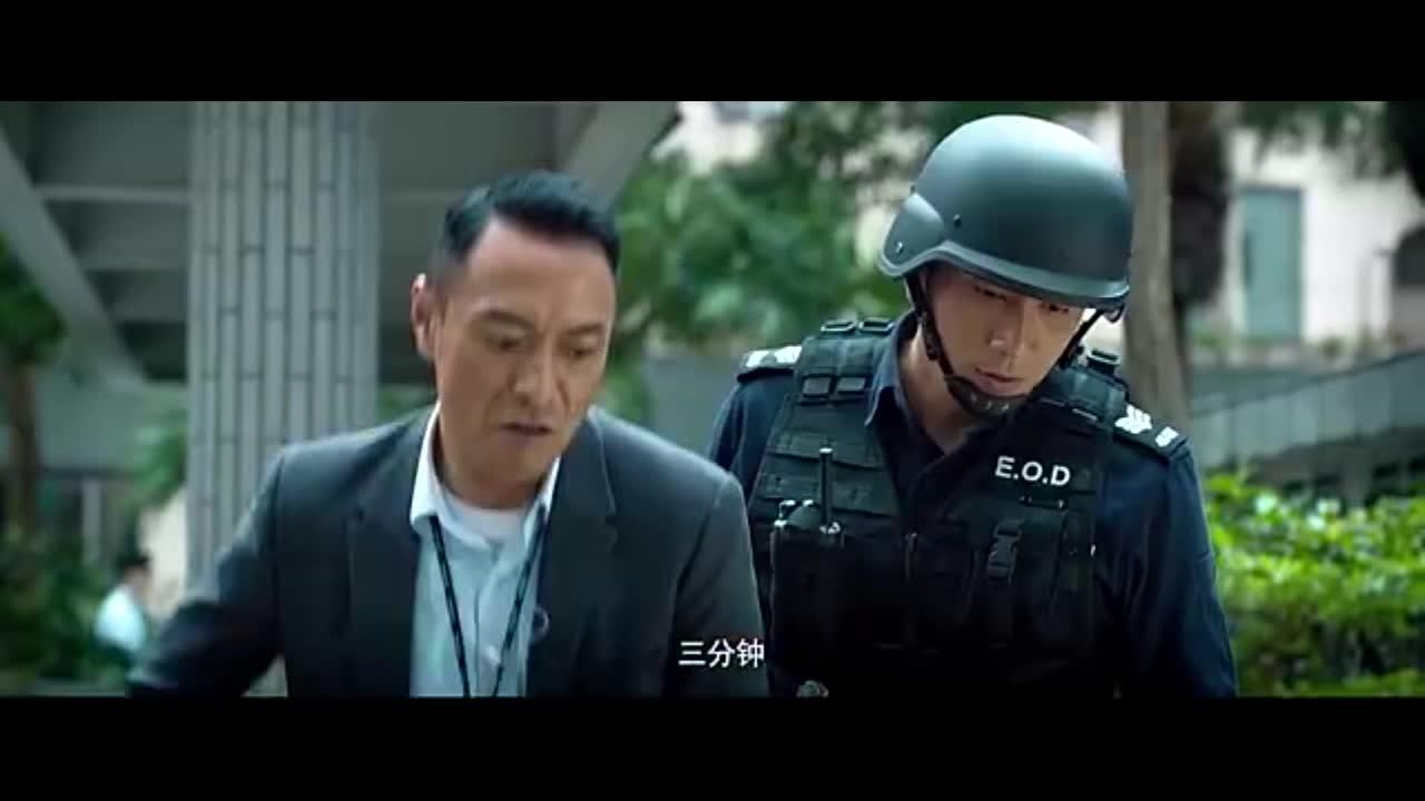 歹徒政府大楼门前放炸弹,只剩三分钟,两位警察极速漂移解决危机