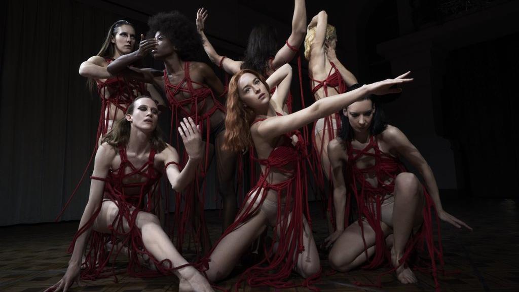 香艳黑暗系舞蹈 最新翻拍经典惊悚电影《阴风阵阵》
