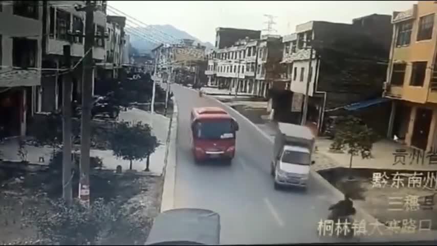 作死货车强行超车,根本不给摩托男子活路!5秒后画面太惨