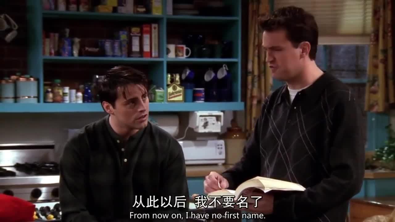 白裤男拿着书走来走去,蓝裤男跟他说对不起,谁知白裤男这样说