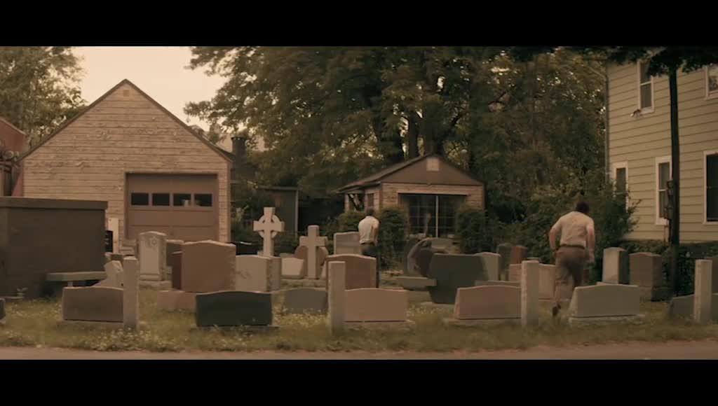 老人在挑选墓碑,和老板讨价还价,决定再考虑一下