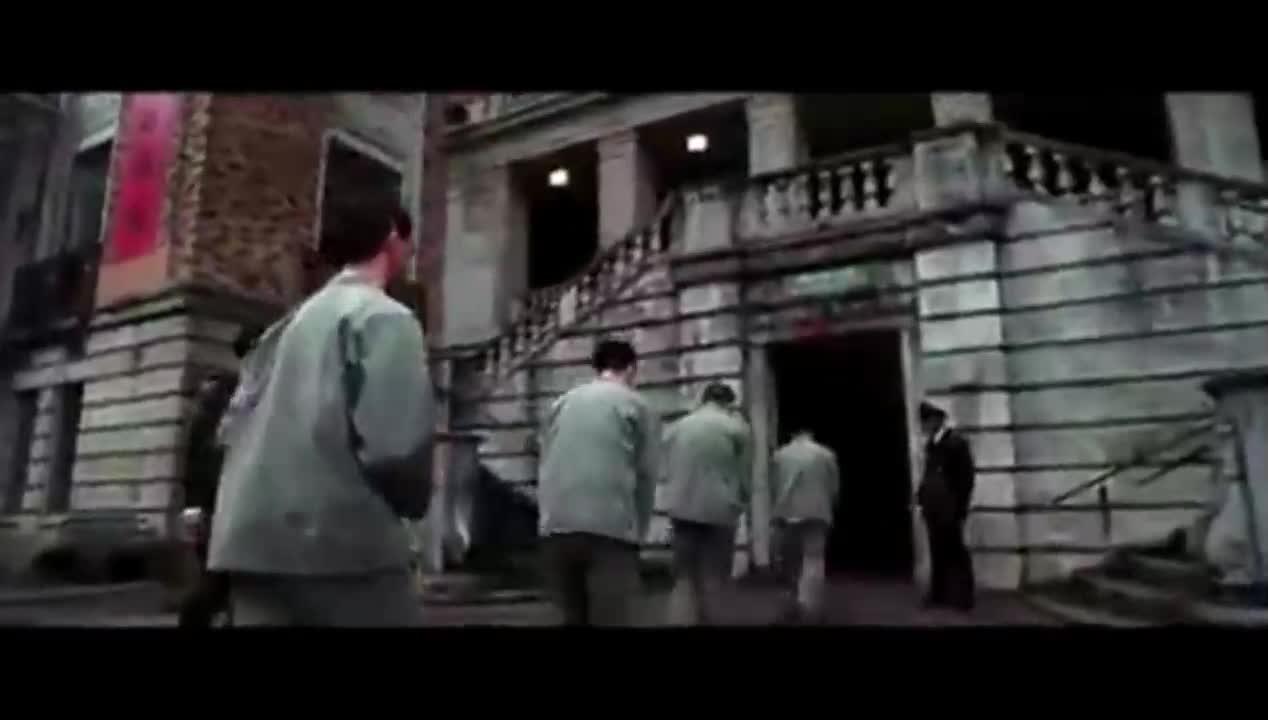 致命罗密欧李连杰关在监狱里,当时他想走的时候谁也拦不住