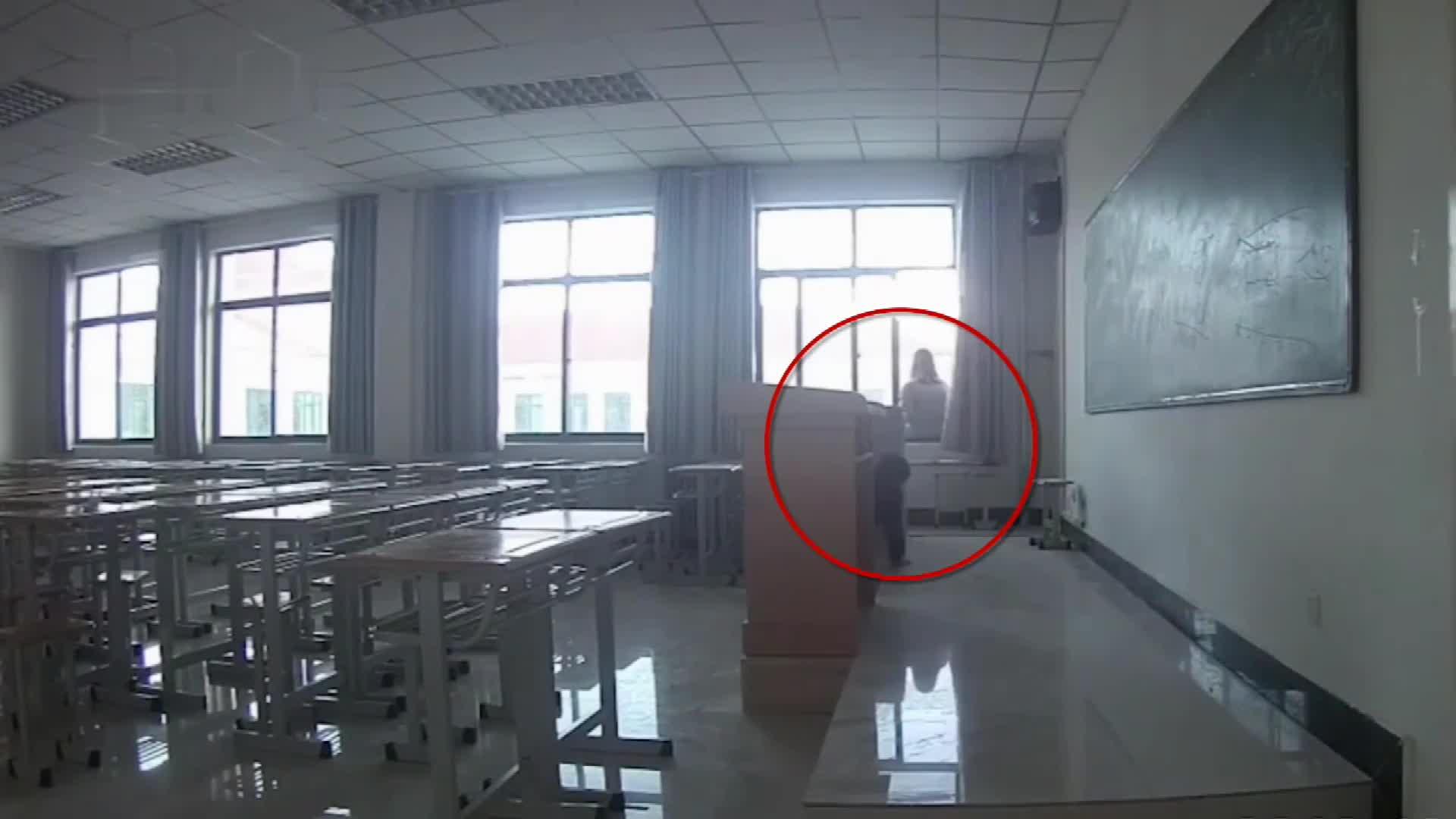 #热点新闻#女大学生为情所困欲跳楼 民警跪着爬进教室救人