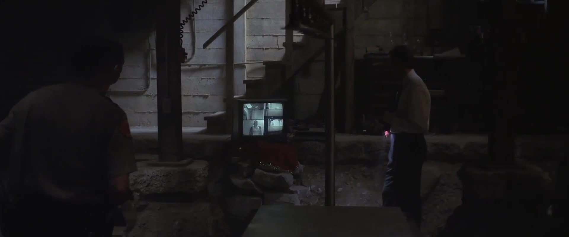 警官在小伙家寻找东西,结果直接找到犯罪证据,太可恶了