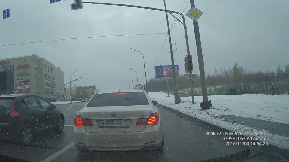 下雪天不安分,宝马还想来个地板油,瞬间打滑撞向路灯!