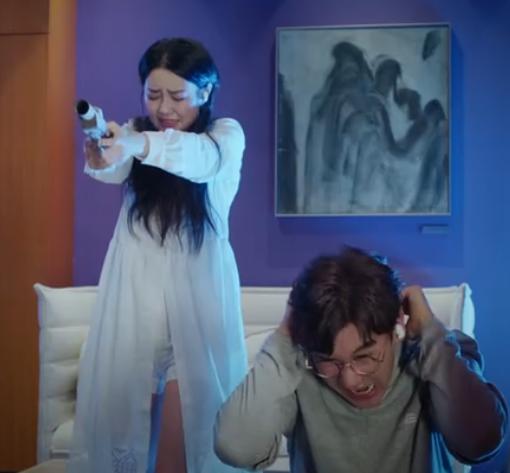 #经典看电影#小宝见来犯之敌秒怂,表妹竟然用一把古董枪瞬间消灭了他们!
