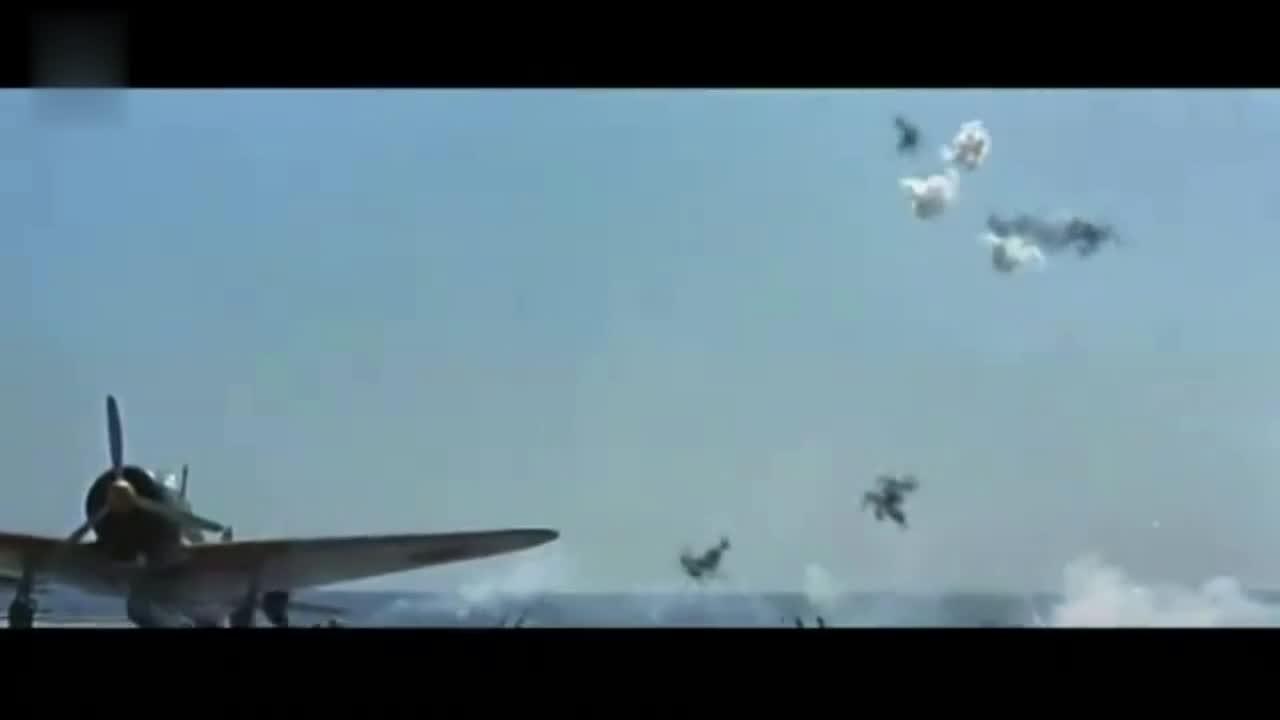 在成功轰炸日本航母后,美军飞行员在着舰的一刻飞机爆炸