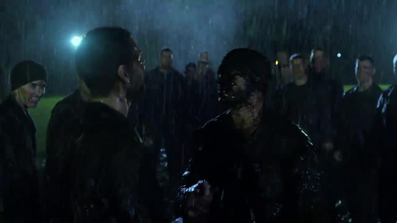 一群人在晚上下雨打斗,他们好像很开心的样子