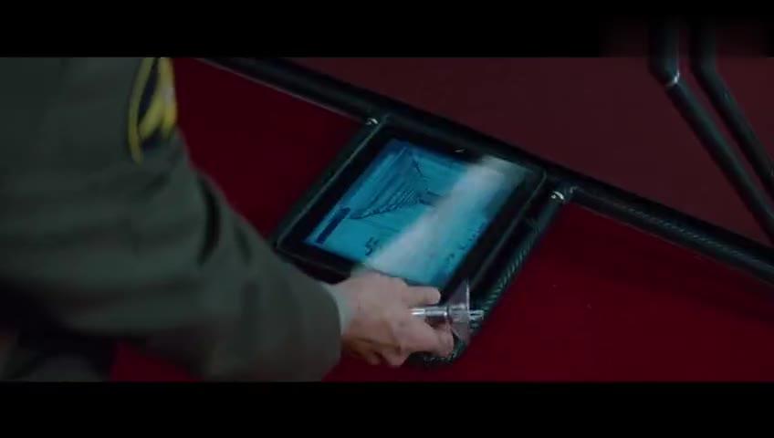 #经典看电影#特工藏在如同投影仪的后面 抬头时险些被安保看见 特工吓出冷汗