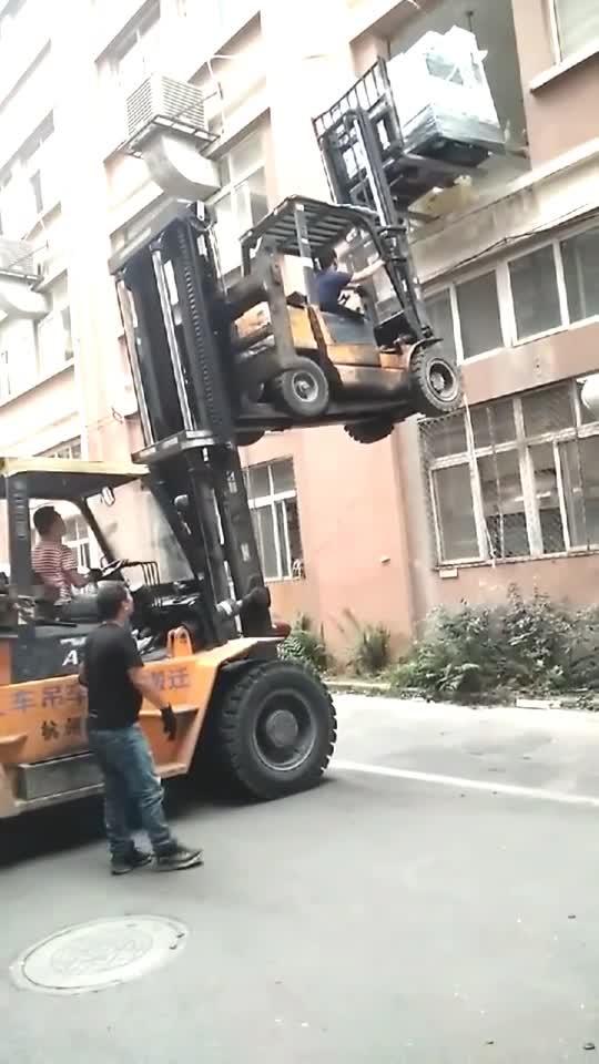 谁想的馊主意,叉车叠罗汉吊东西,可惜失败了