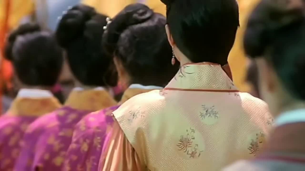 #追剧不能停#《唐伯虎点秋香》里面最漂亮的其实是星爷后面的这个女群演!