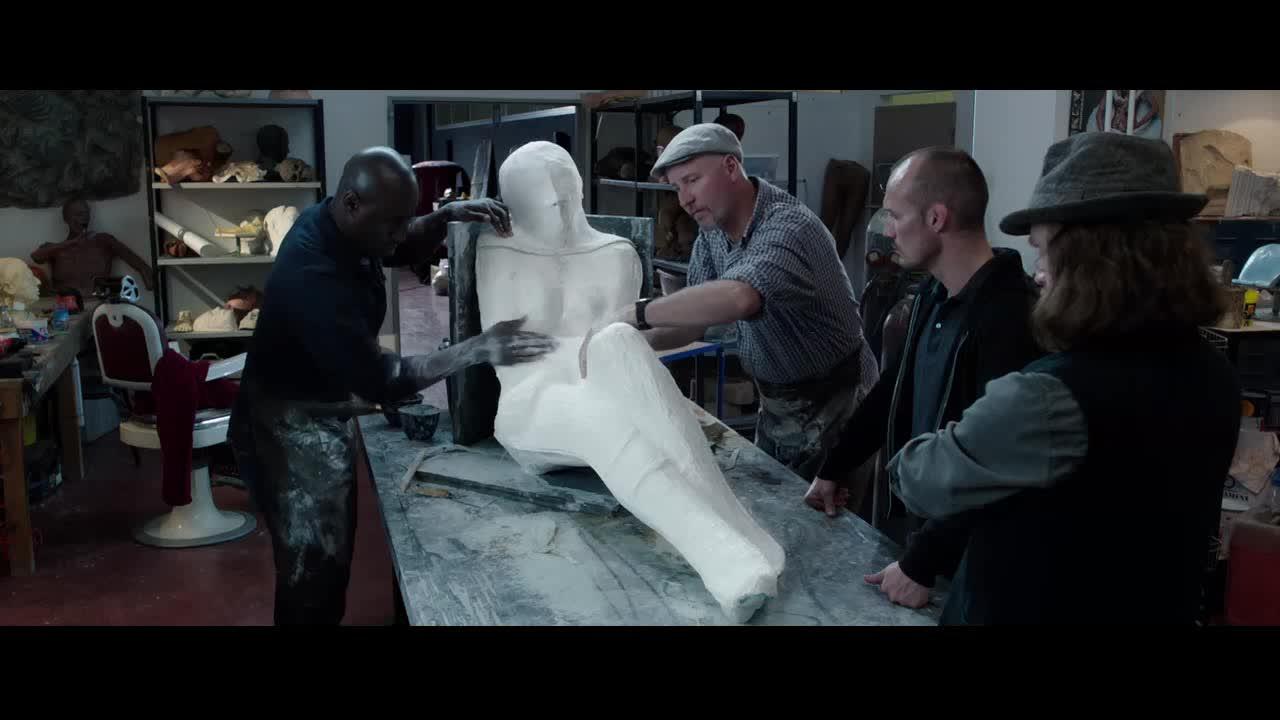几人居然将活人用石膏包裹