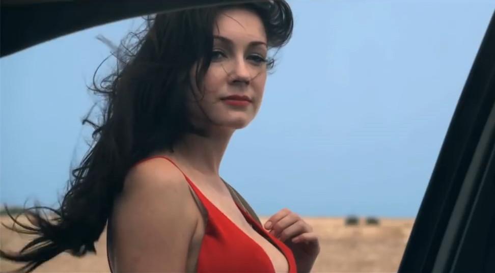 #电影最前线#情侣野外探险意外遇到神秘美女,唱一首歌就会死一个人!