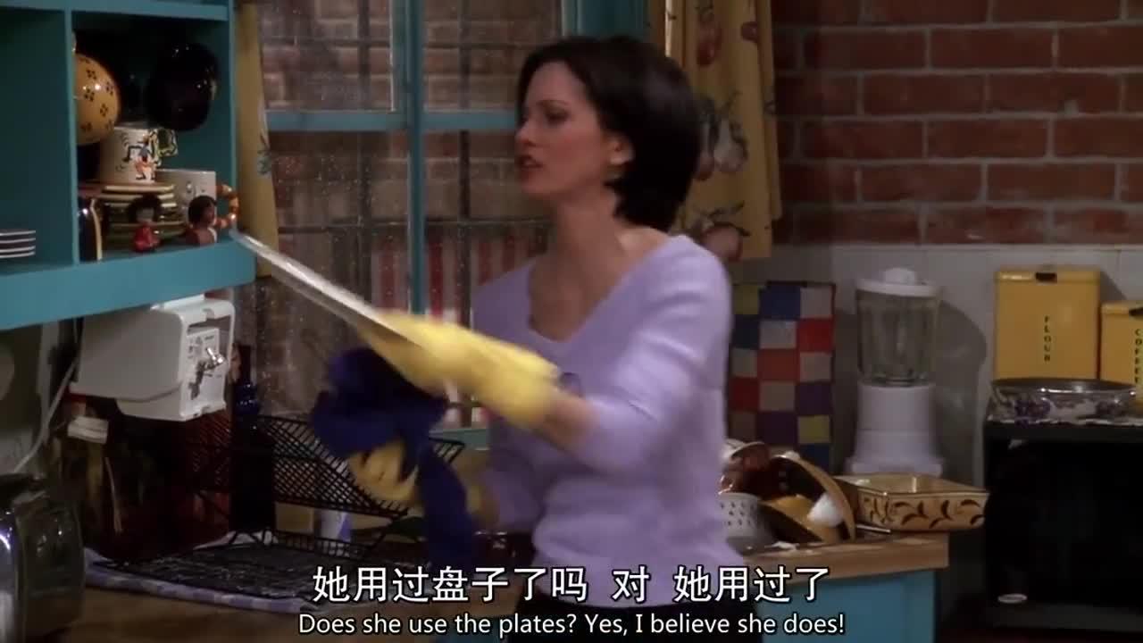 女子在洗碗时看见一件婚纱,随后竟换上婚纱,这时门口出现一人
