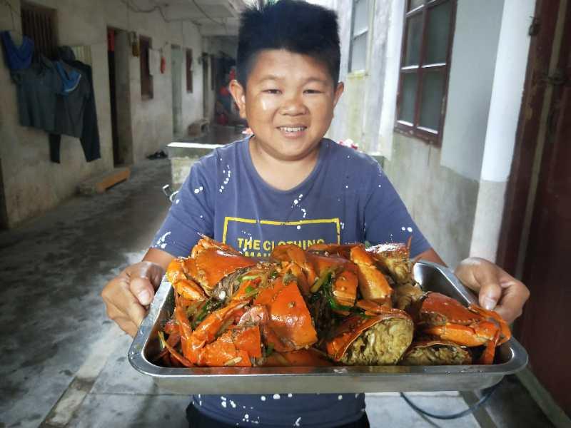小六买了9斤大螃蟹,虽被坑了3斤,但能让六嫂尝到这美味也值了