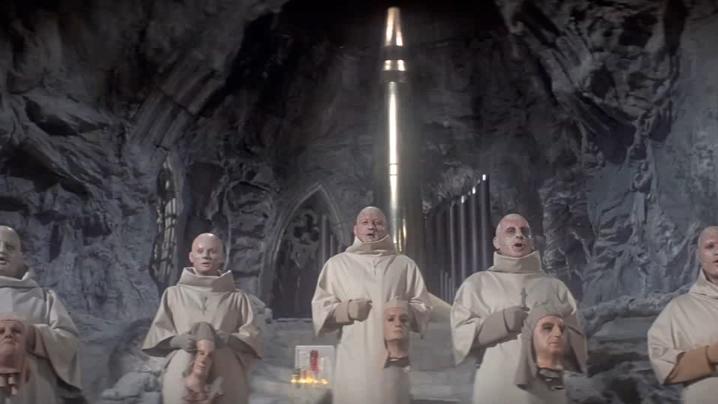 人猿星球Ⅱ,人类躲在地下,将原子弹当作圣物朝拜
