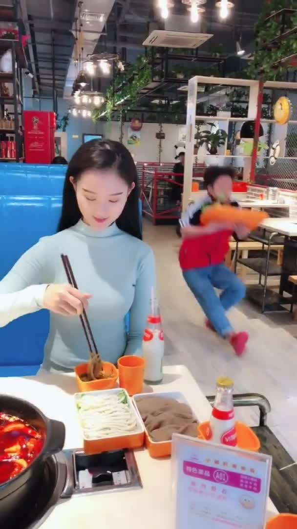 #搞笑趣事#美女吃个火锅都能被服务员给笑死哈哈哈