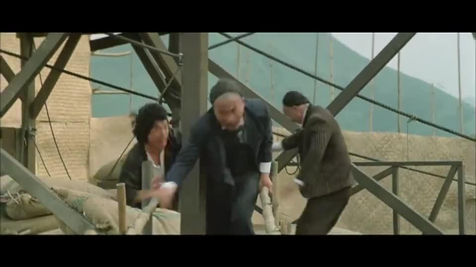 #追剧不能停#成龙打戏真是精彩,不按套路出牌,抱起大腿就往楼下丢