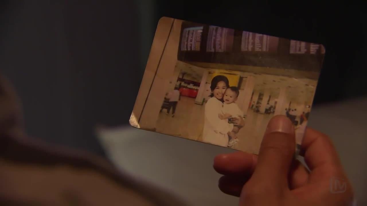 看着儿时的照片,男子想念自己的妈妈