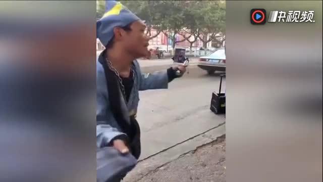 疯了?男子扮济公街头狂扇自己 看呆路人