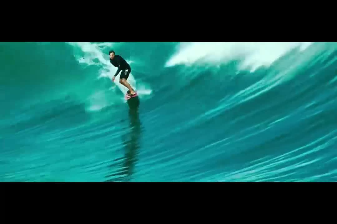 小伙玩极限运动,跟对手一起抢浪,不料被海浪拍进海底