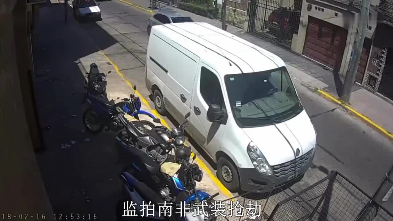 劫匪拦路抢劫, 没想到轿车装了防弹玻璃, 结果就有点尴尬了!
