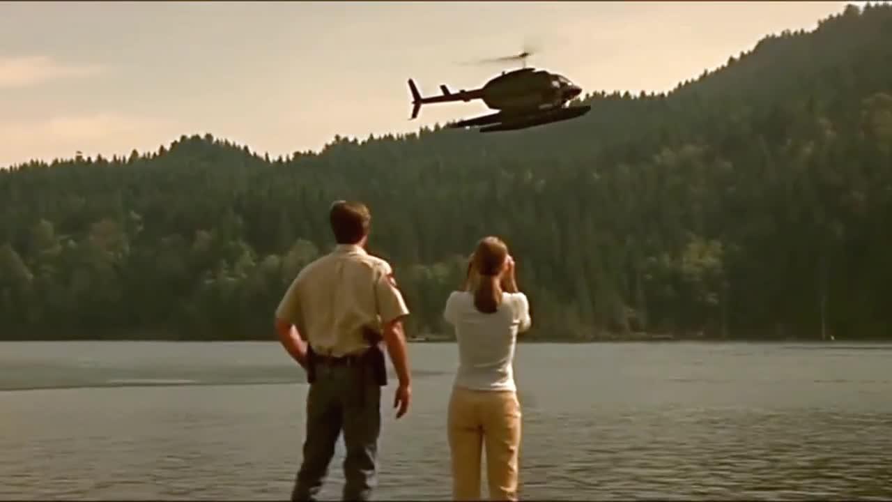 #电影迷的修养#【史前巨鳄】警察用直升机吊着一头牛,想用它引出湖中怪物