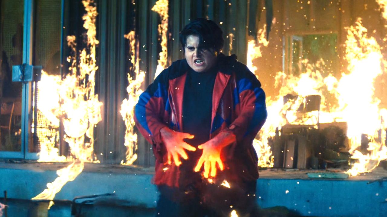 小男孩双手和火一样红,可以随意控制火焰,一心只想复仇!