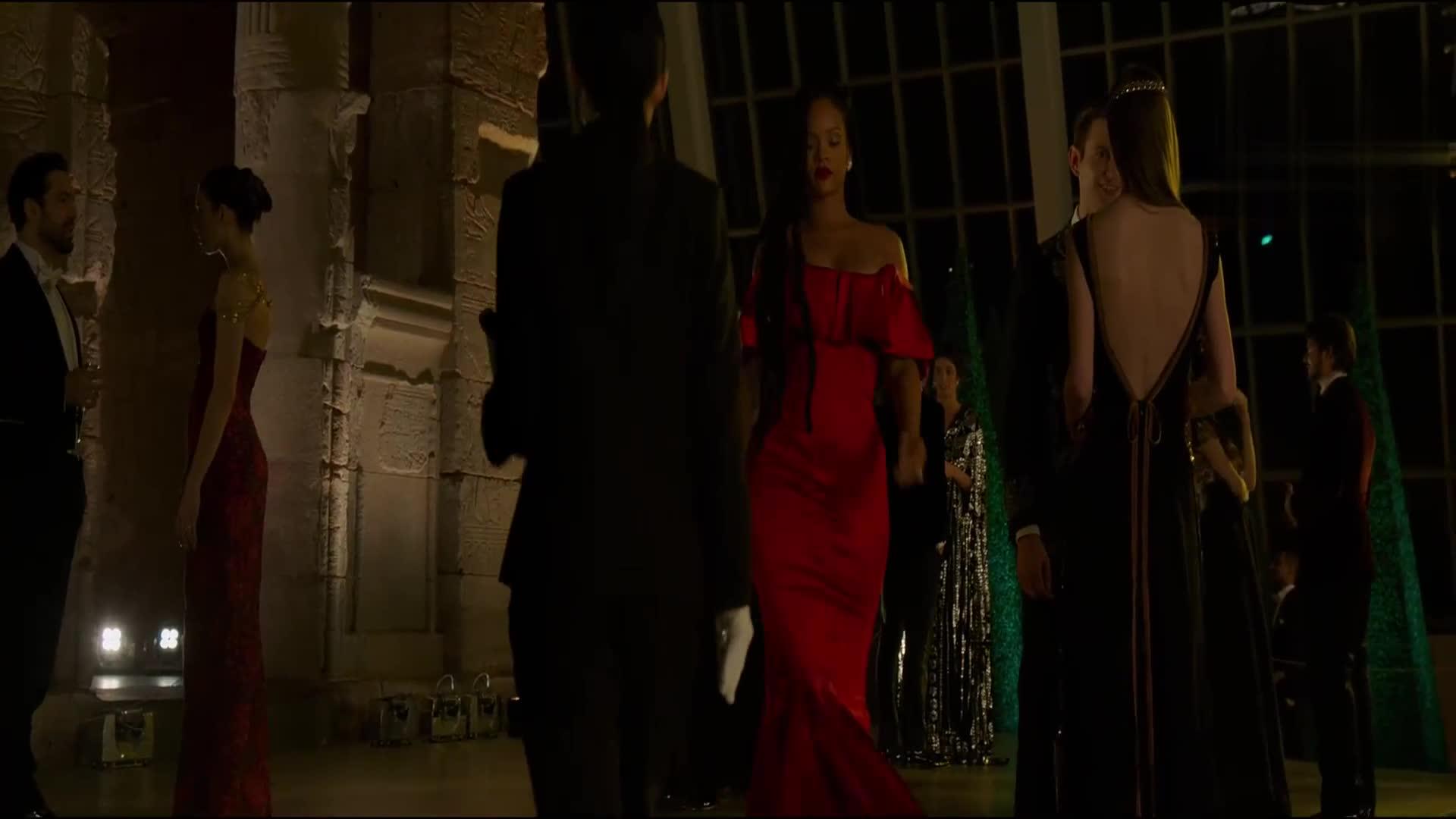 《瞒天过海:美人计》黛博你那个服装还能在往下露一点吗