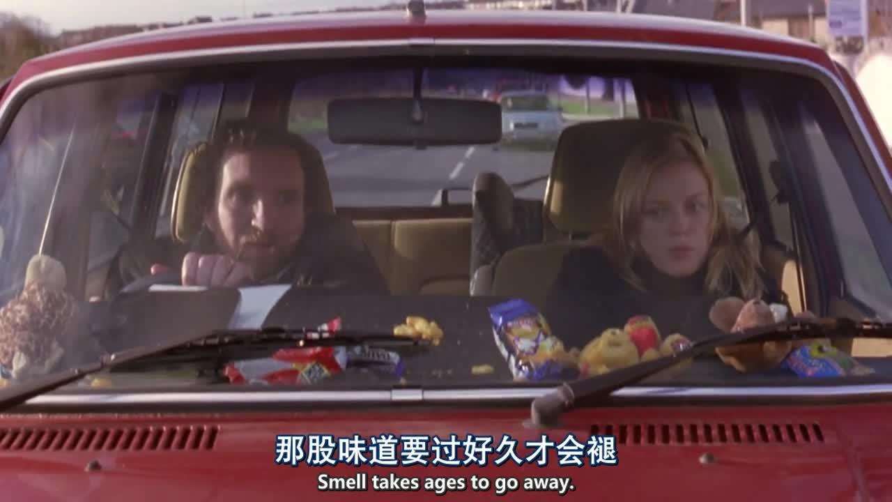 两人在车内聊天,男子说话语速太快,女子表示没听懂