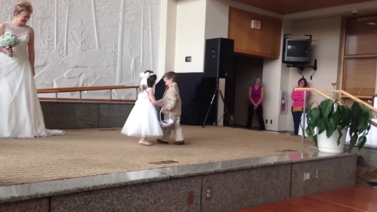 #搞笑趣事#搞笑趣事:两个熊孩子是故意的吧,抢了婚礼上新娘的风头