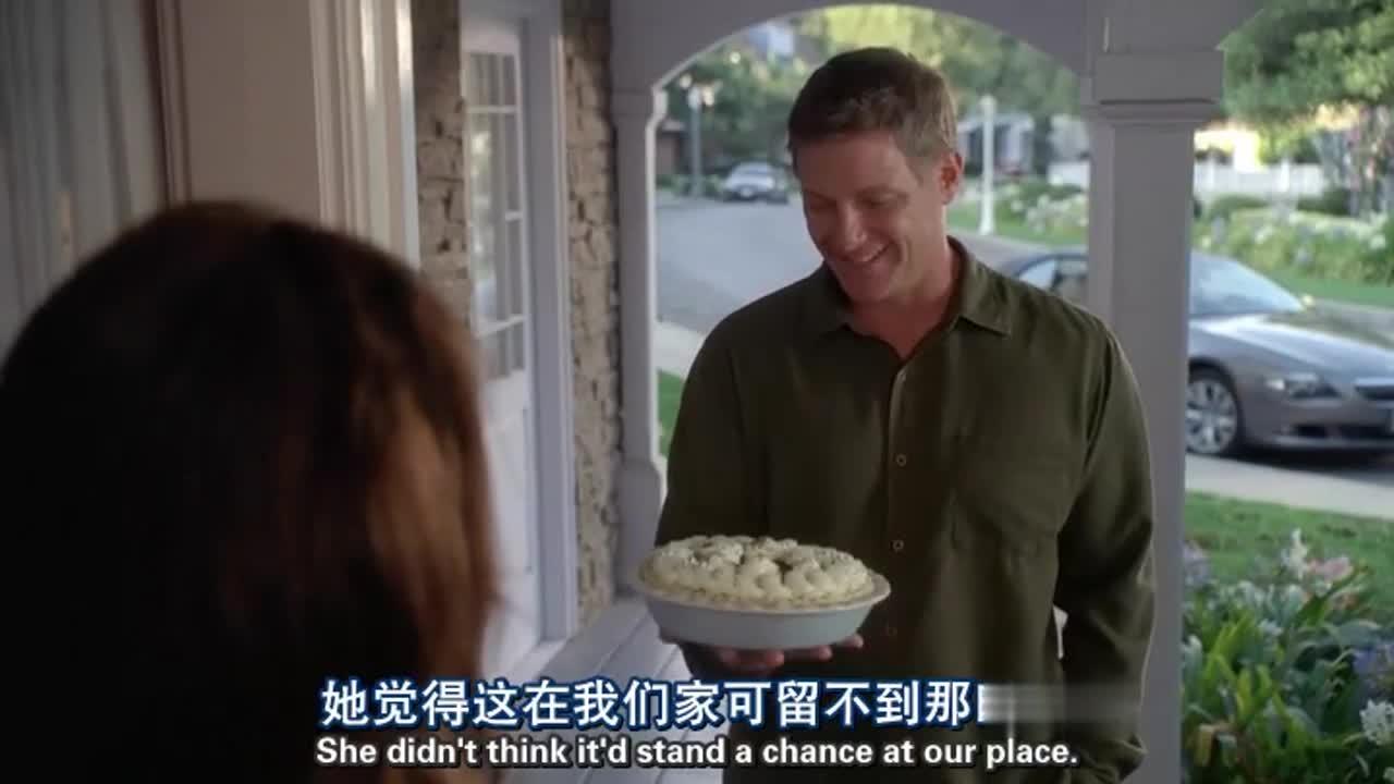 帅哥送蛋糕给美女邻居,没想到美女穿着浴袍,帅哥想走却被叫住了