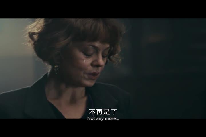 女子哭着对男子诉说,男子心酸,两人相拥而吻