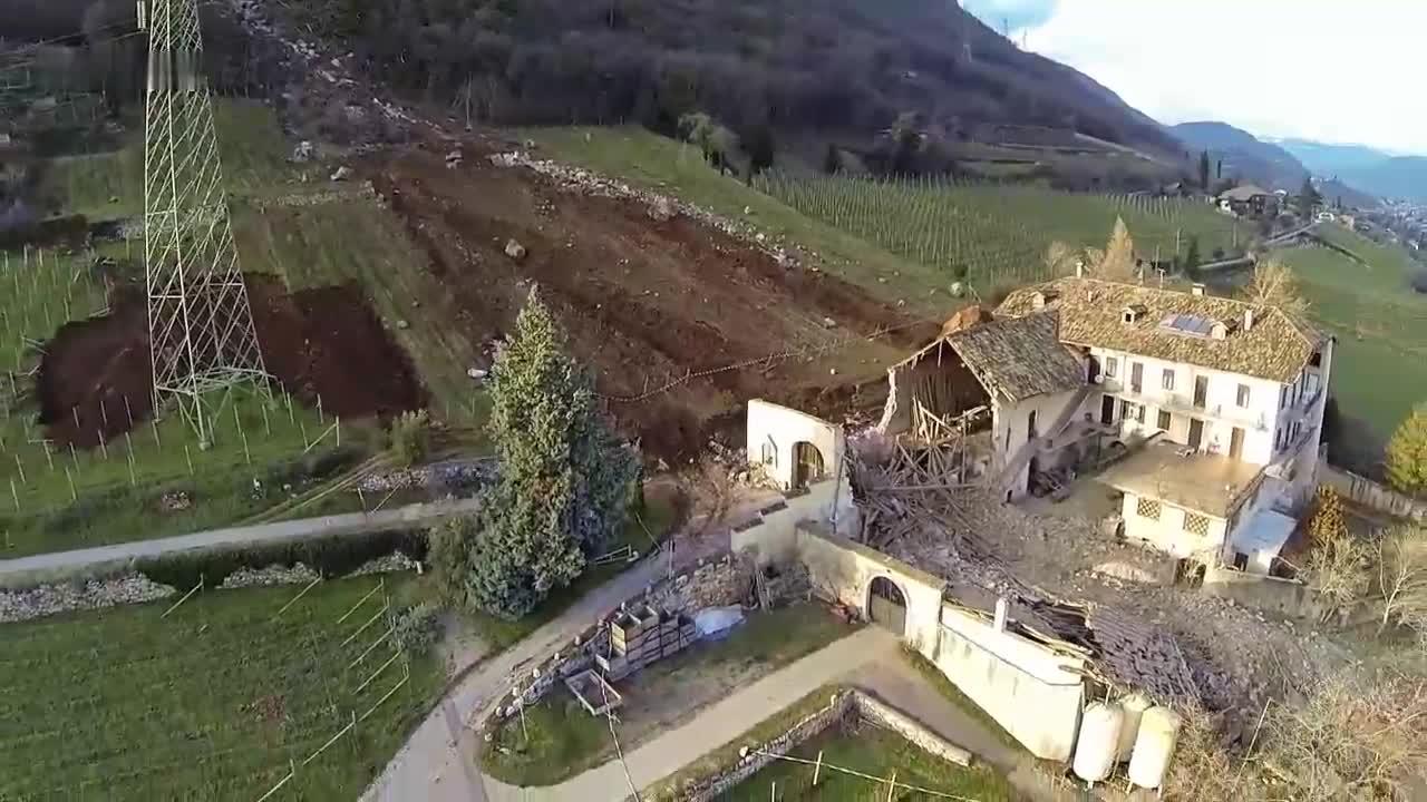3块巨石滑落击中民房, 无人机拍下的画面, 看着都让人害怕!