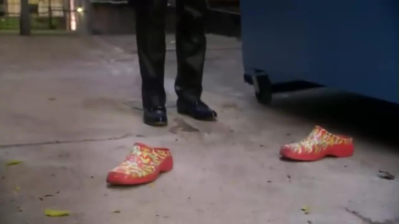 男子在垃圾堆旁火辣跳舞,却意外地发现,那人在偷情
