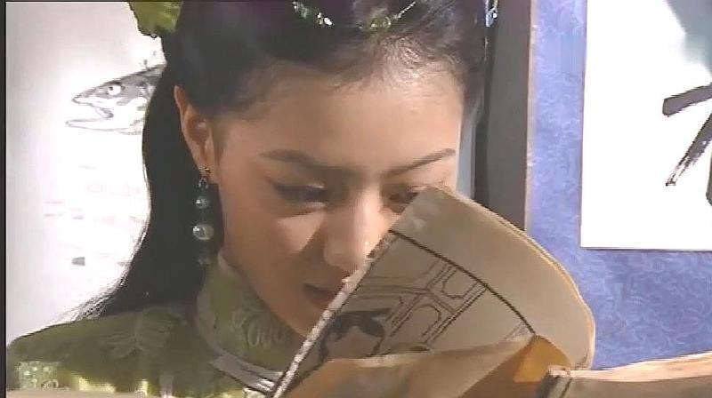 美女偷看《金瓶梅》,发现有人进来故作淡定,小表情抢镜!
