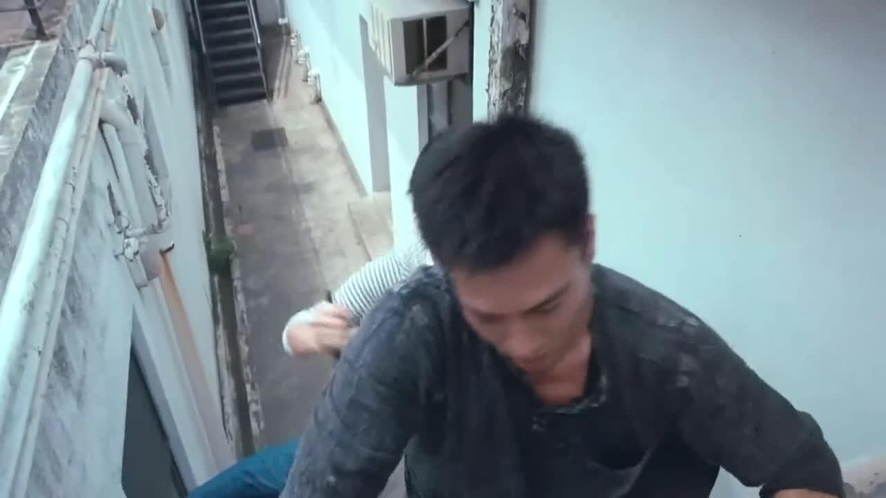 小伙刚上天台捡羽毛球,美女随后一个飞檐走壁,从背后捅死了小伙